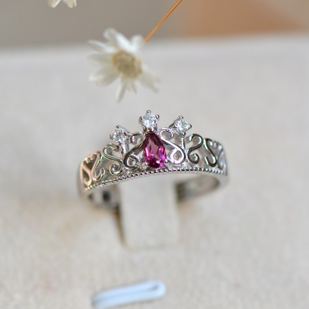Noble Gorgeous Hollow 925 Sterling Silver Inlaid Garnet Crown Ring